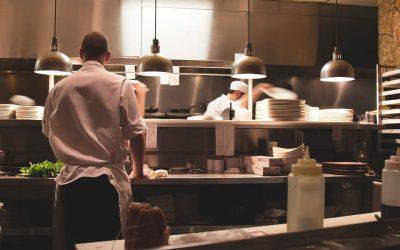 Chef al lavoro in cucina