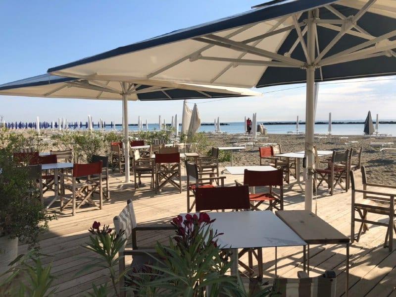 tavoli sulla spiaggia de La Rotonda