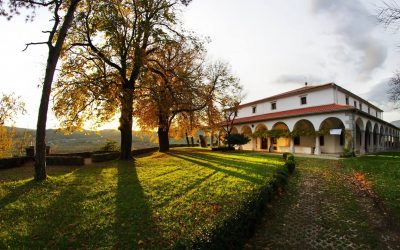 La tenuta di Pri Lojzetu circondata dai prati al tramonto