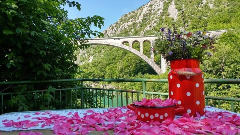La terrazza con vista sul ponte Solkan sull'Isonzo di Zogica