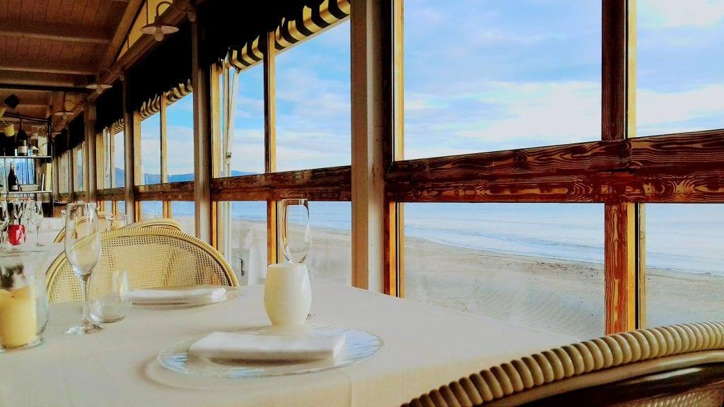 La sala di Oasi a Follonica, affacciata sulla spiaggia