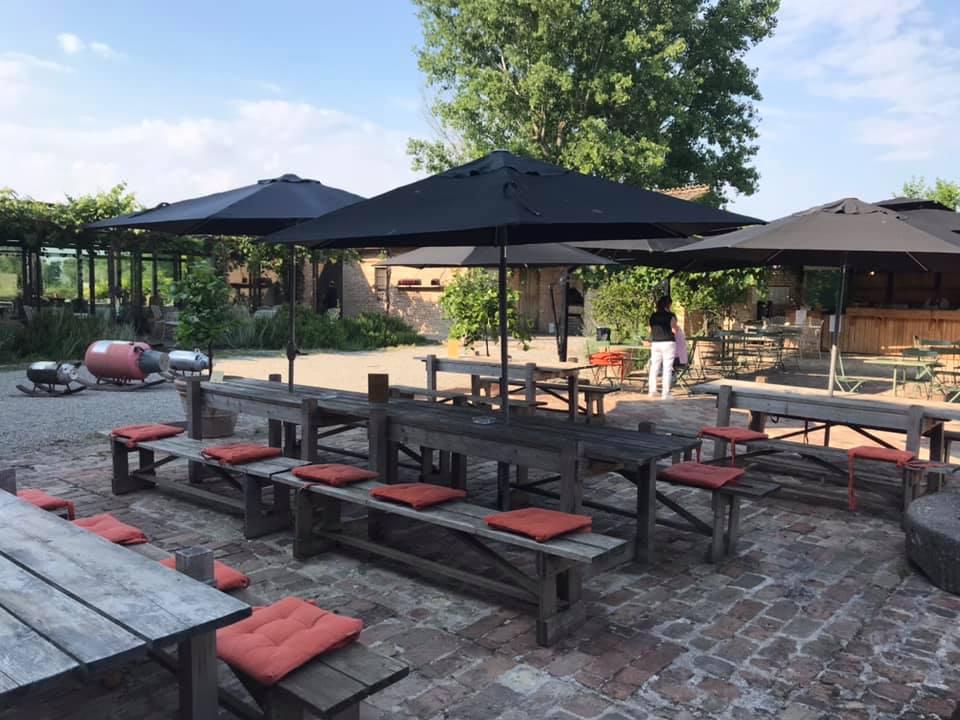 I tavoli all'aperto del Bar-so all'Antica Corte Pallavicina