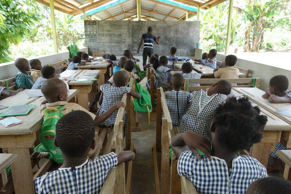 Bambini nella scuola di un villaggio in Costa d'Avorio
