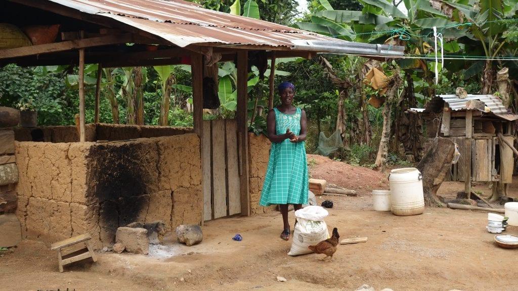 Donna in un villaggio di produttori di cacao della Costa d'Avorio