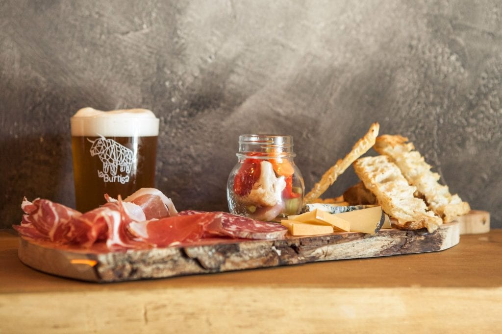 Birra e tagliere di salumi e formaggi alla Buttiga Beer Martesana