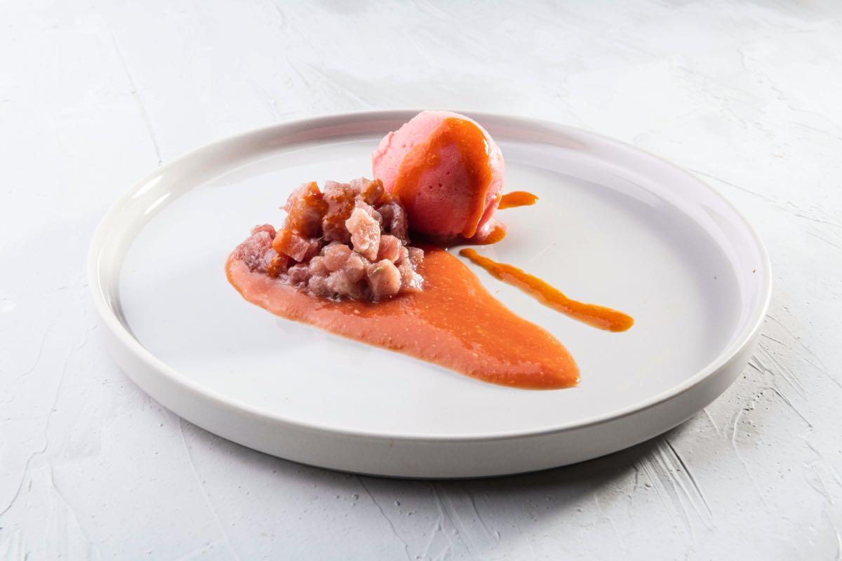 Sorbetto di amarena con emulsione di peperoni grigliati, ricci, tarantello di tonno rosso e salsa di pomodori di Corrado Assenza a Identità di Gelato