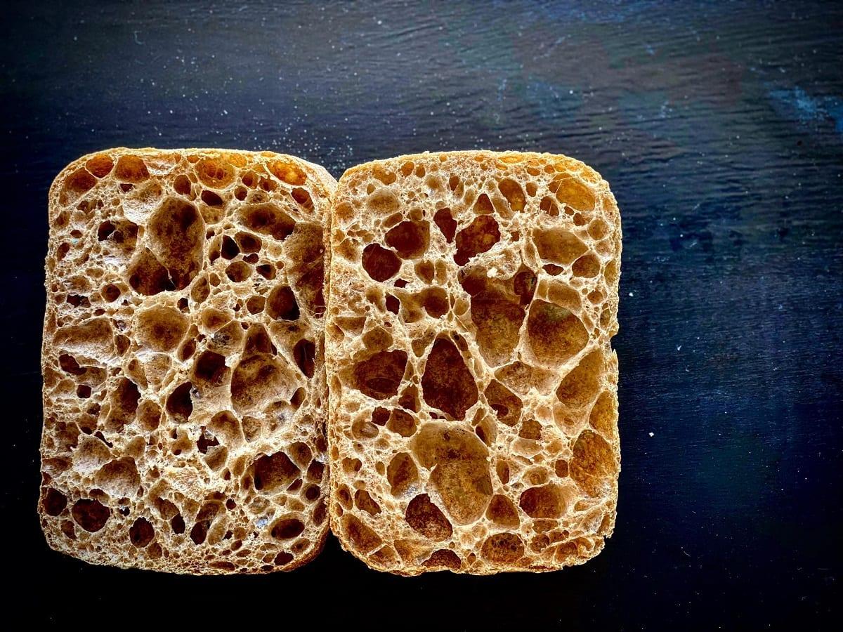 Una ciabattina di pane aperta a metà