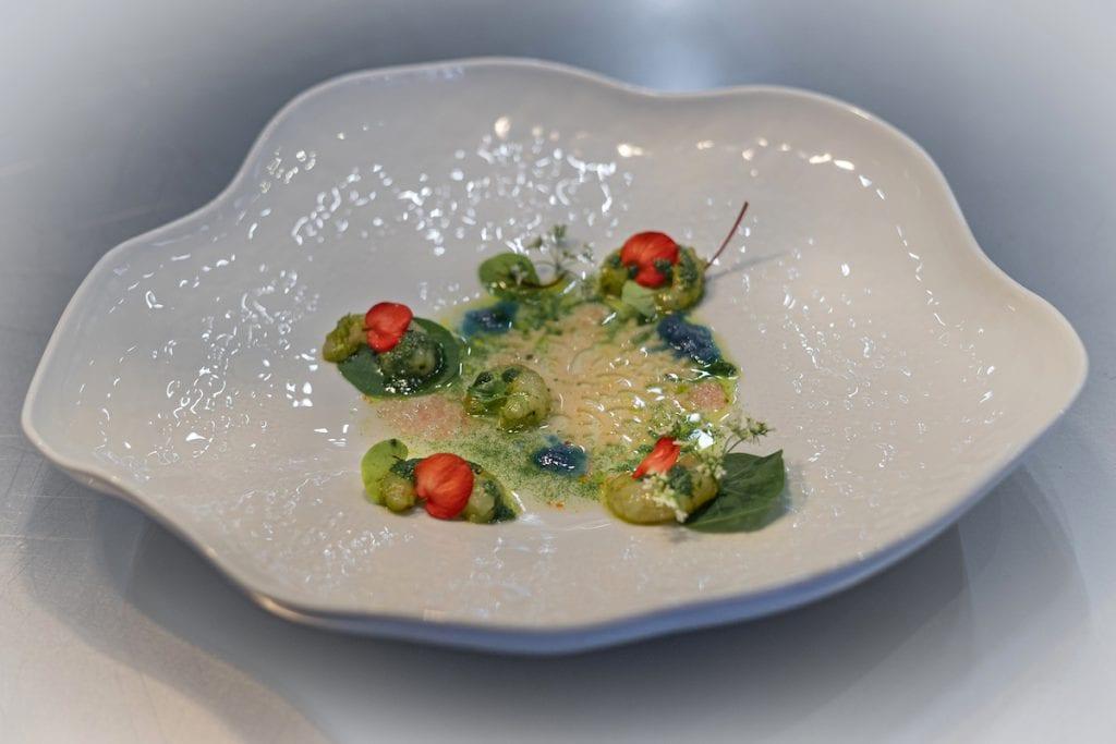 Il Glicine SANTA CATERINA chef STANZIONE Gamberi gobbi marinati, clorofilla, erbe e consommé al profumo di limone al caviale blu Foto Alessandro Zanoni