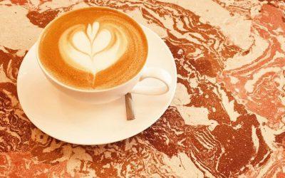 cappuccino su tavolo, Nowhere Coffee&Community