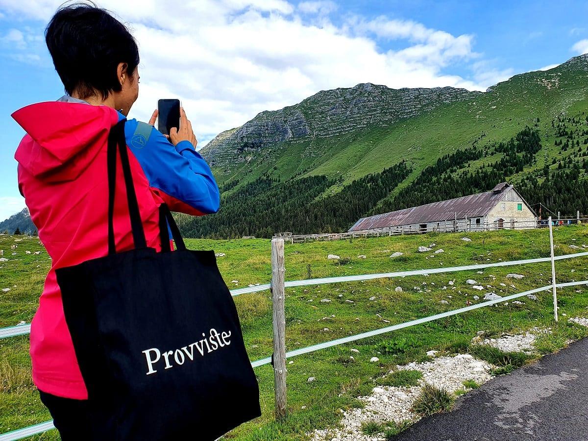In cammino verso la malga Montasio con Provviste