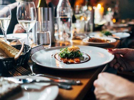 A tavola in procinto di mangiare il cibo nel piatto al ristorante
