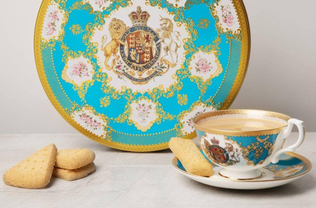 Biscotti, tè e porcellane del merchandising della famiglia reale inglese