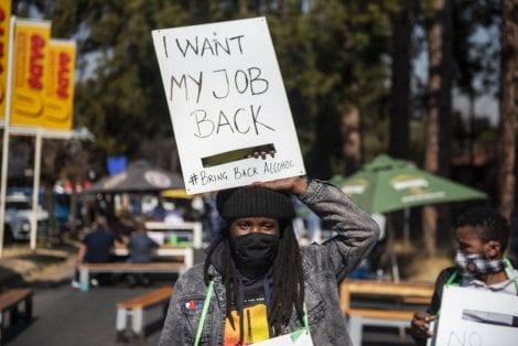 Una donna protesta in strada contro il bando dell'alcol