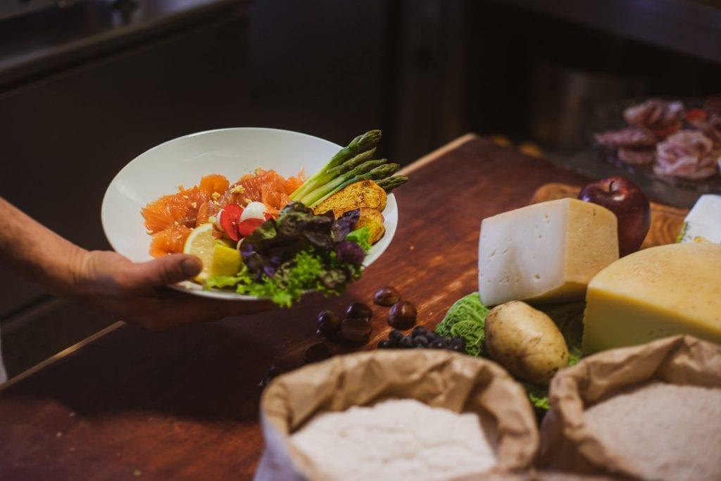 Un piatto con la trota da Altavilla