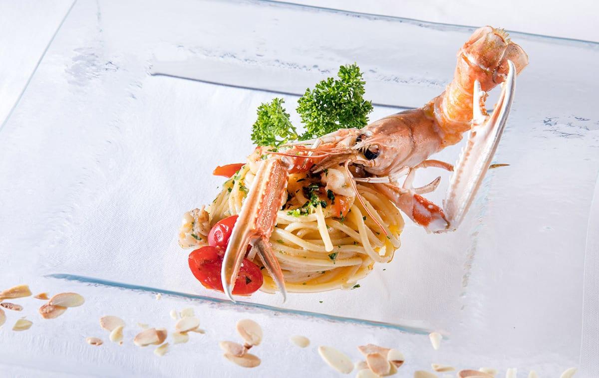 Ziqu_CAPRI_Spaghetti ìil Mulino di Gragnanoî Aglio, Olio e Peperoncino con Scampi e Crumble di Mandorle