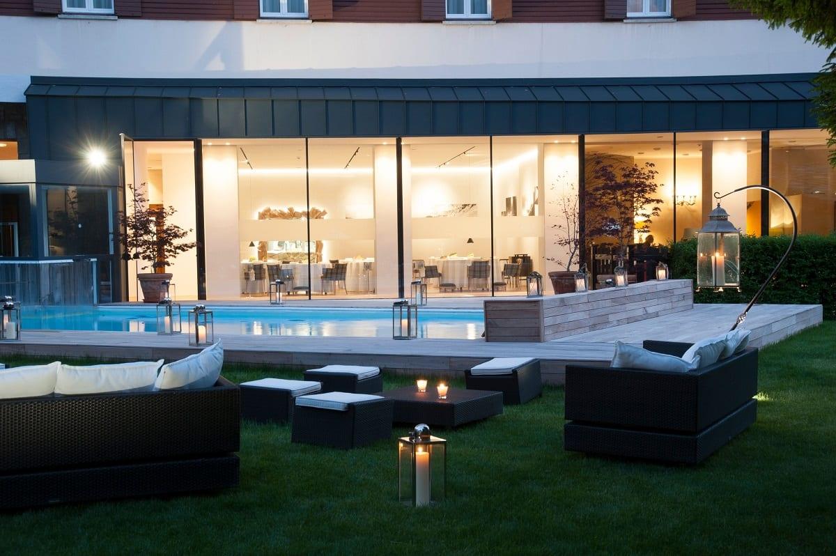 La sala del ristorante dell'hotel Petit Royal vista dalla piscina