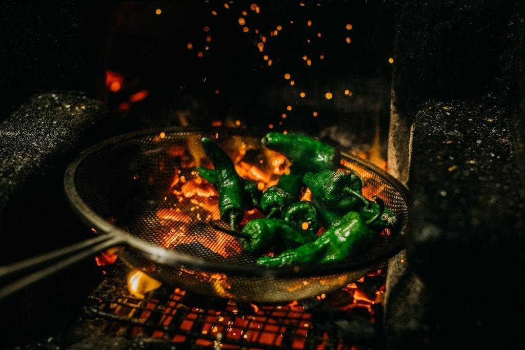 Peperoni verdi cotti su fuoco vivo da Firedoor