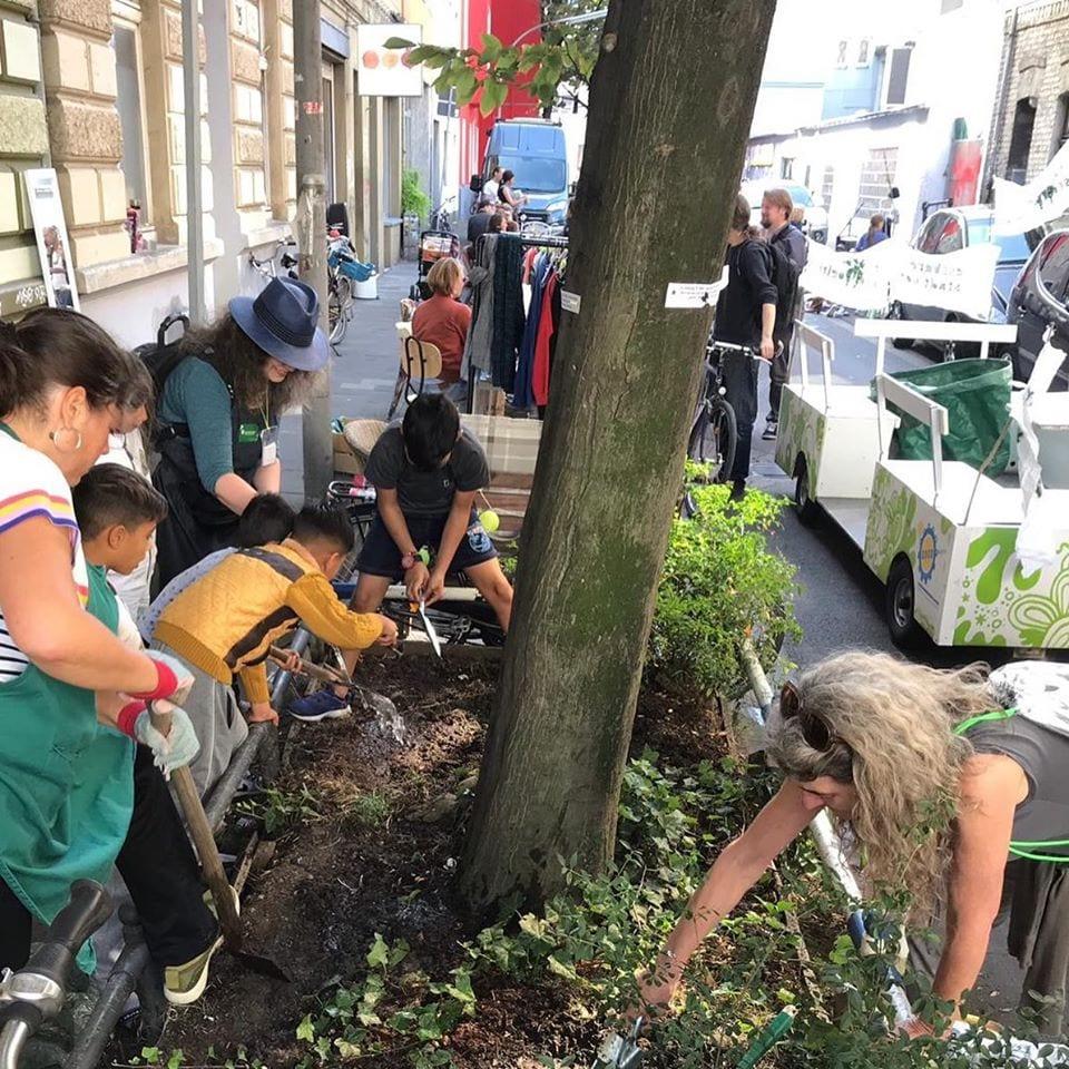 bambini al lavoro per le strade di Colonia per piantare ortaggi