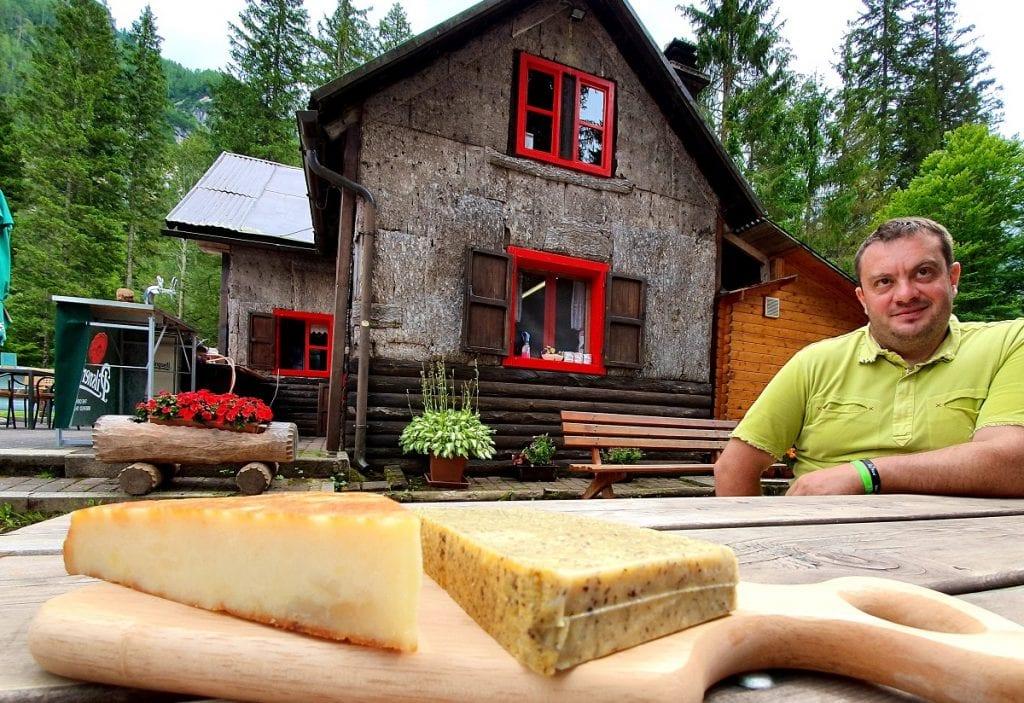 Frico e polenta su tagliere ai Sette Nani di Fusine