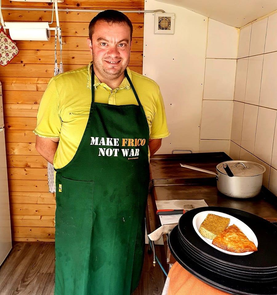 Stefano prepara il frico nella cucina dei Sette Nani