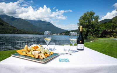 Tavolo sul prato del Bistrot del Piccolo Lago