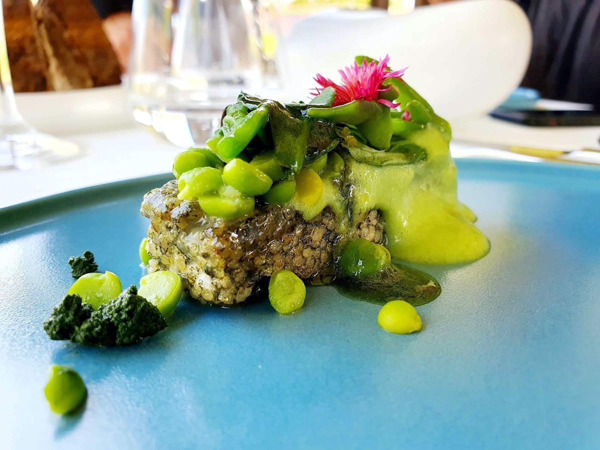 Scopri il menu di Venissa a Mazzorbo: Tempeh di miglio, piselli, cagliata di erbe, aptenia