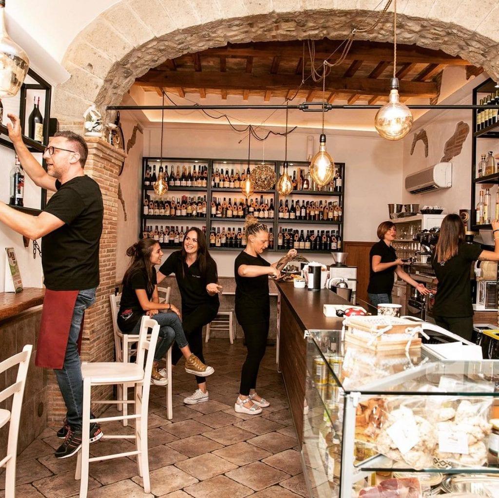 Dove mangiare nella Tuscia viterbese Bar vineria vignola a caprarola. Hl interni del locale