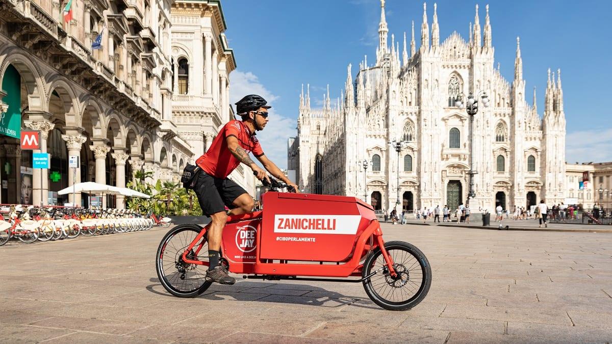 Un postino Zanichelli in piazza Duomo