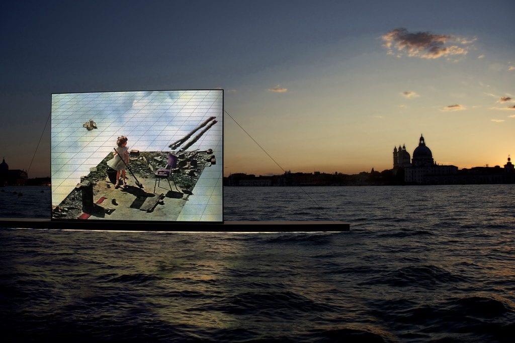 Lo schermo del cinema galleggiante di Venezia