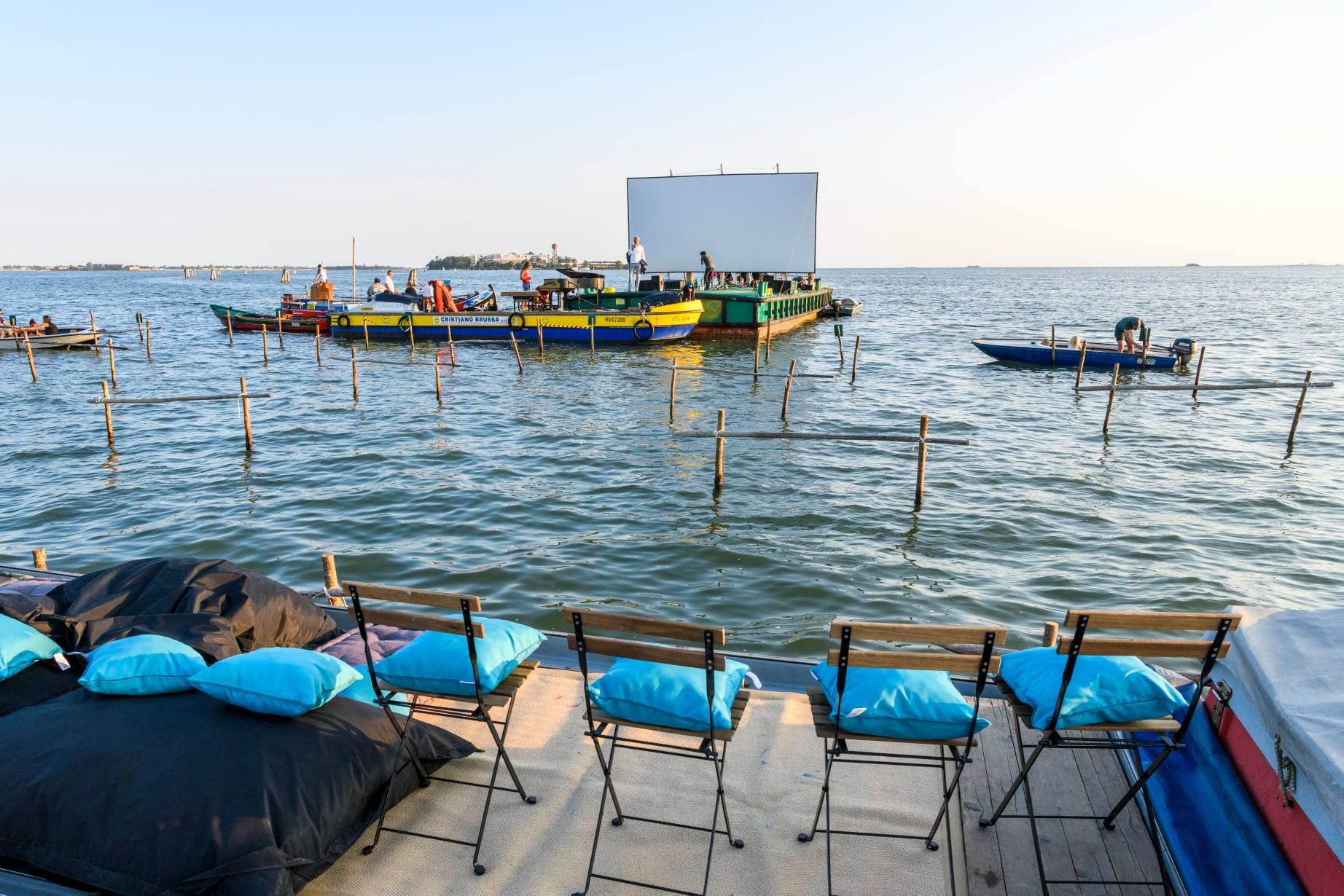Allestimento del cinema galleggiante di Venezia