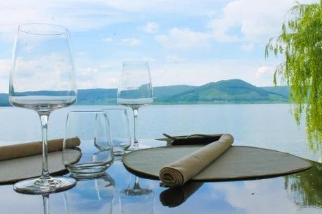 Dove mangiare nella Tuscia viterbese croma lago restaurant a ronciglione, Un tavolo vista lago