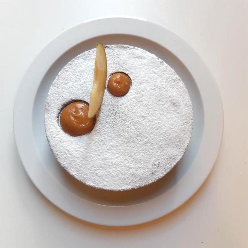 Crostata con ripieno di Sacher, pere Nashi e caramello