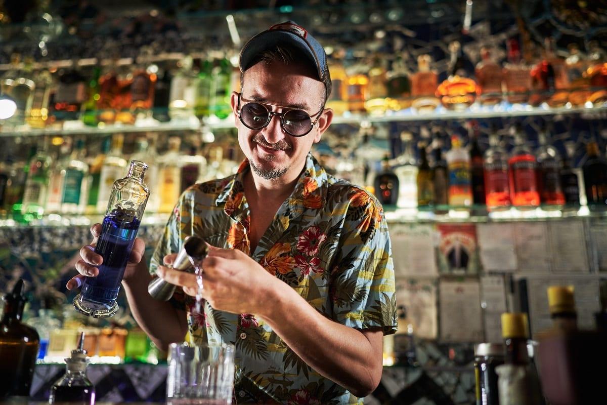 Preparazione di un cocktail dietro al bancone