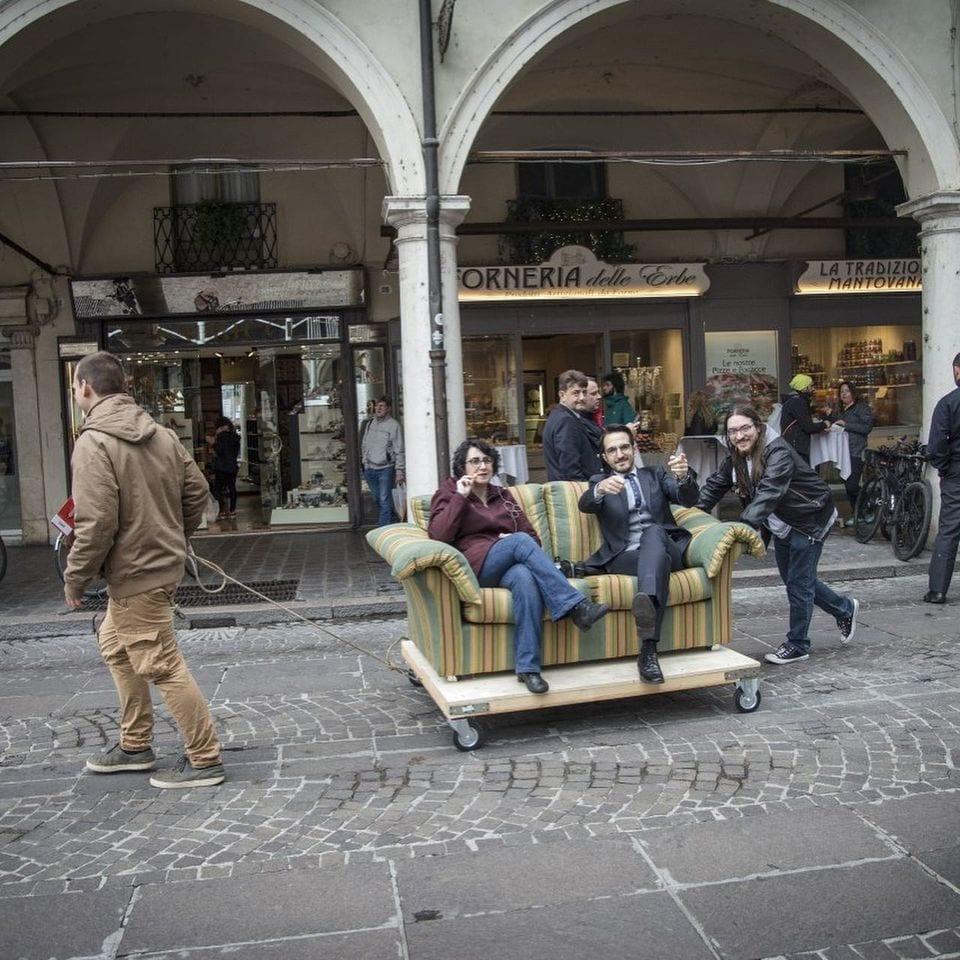 quiz sul divano per le strade di Mantova