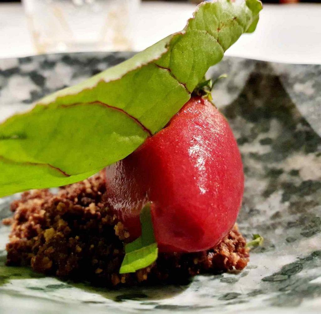 Hyle di Antonio Biafora Gelato alla rapa rossa con foglie di rapa rossa e sorbetto al rabarbaro Zucca con mandorla pesca e pepe rosa