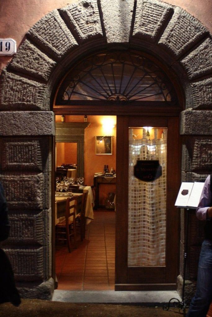 Dove mangiare nella Tuscia viterbese: Il Vicoletto 1563 vignanello. La porta d'ingresso