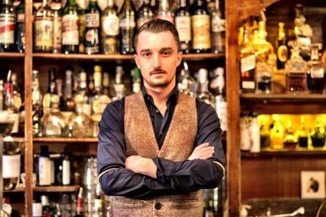 Flavio Angiolillo dietro al bancone del bar