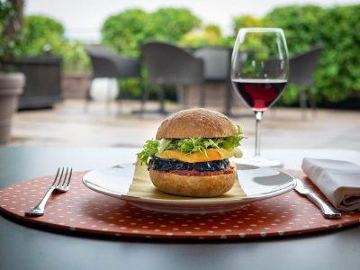 Un panino al tavolo sulla terrazza del Turin Palace Hotel