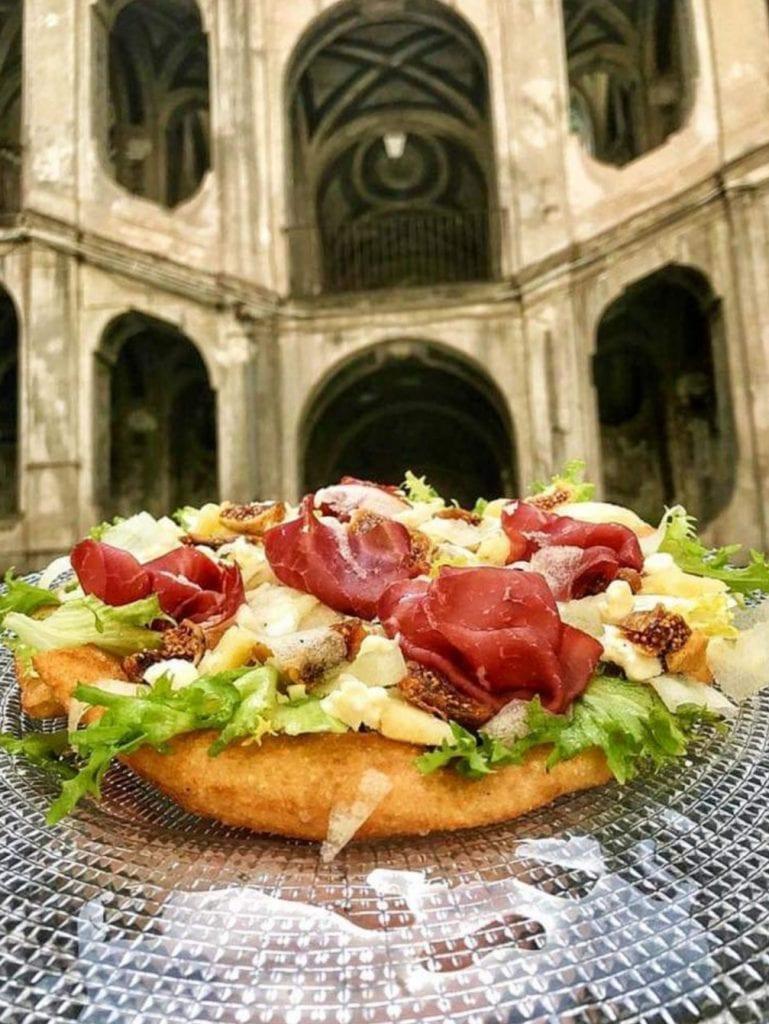 Pizza aperta fritta con bresaola, fichi, grana e pera Williams