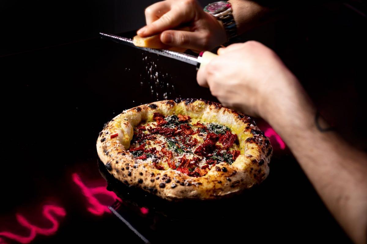 La cucina sopra la pizza. Come evolve questa tendenza