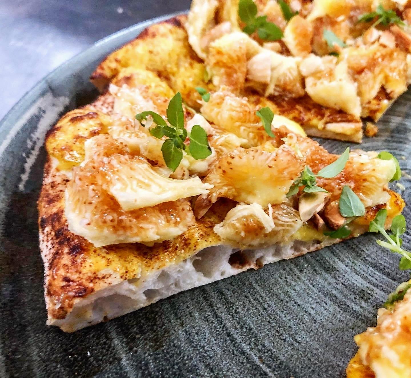 Pizza Ficata di Ivano Veccia con fichi, crema pasticcera e mandorle