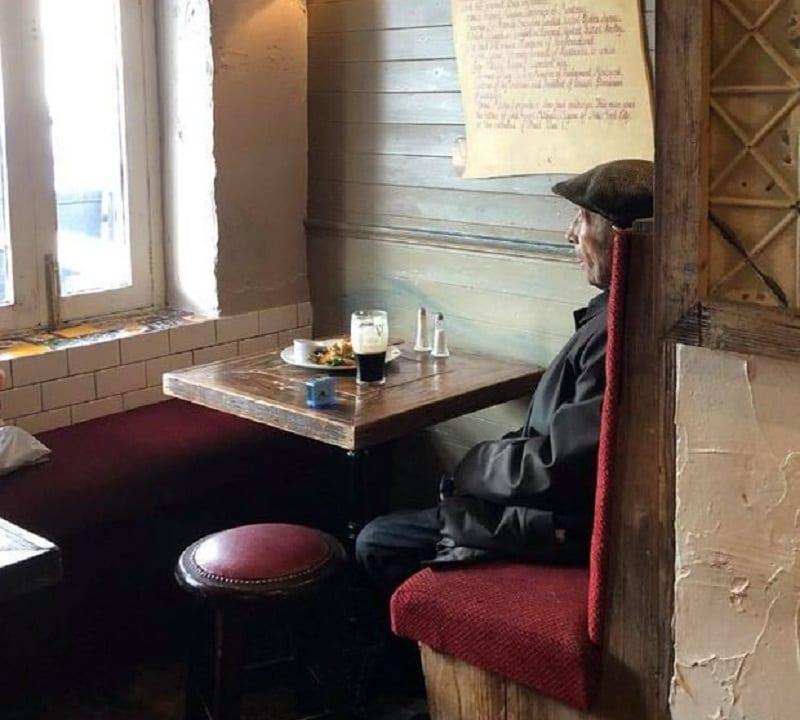 La foto di un cliente in un pub di Londra