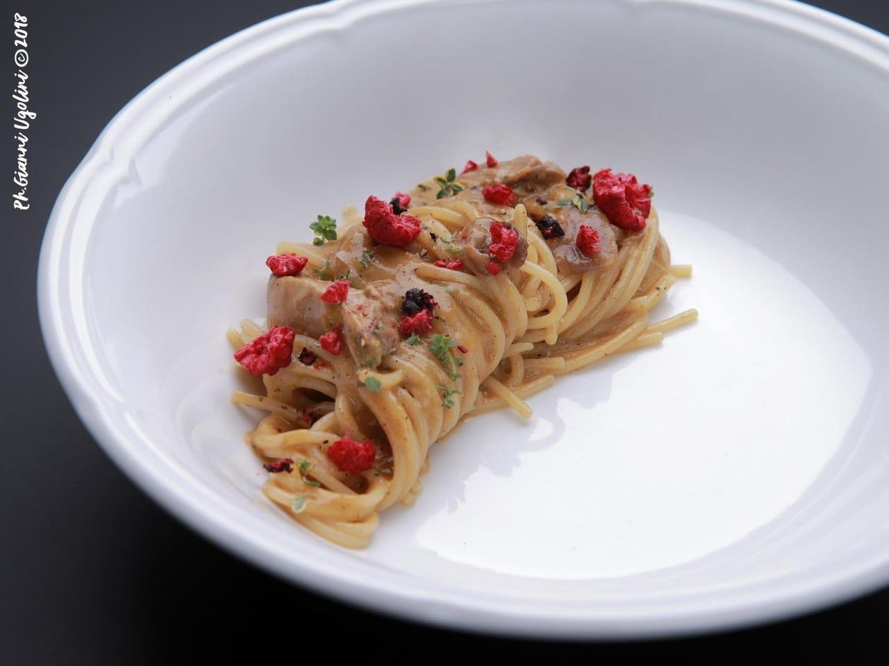 Spaghettoni faraona e lamponi Essenziale Simone Cipriani