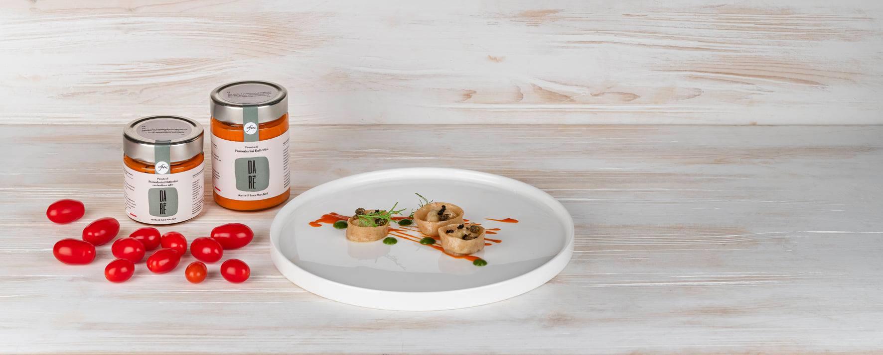 Piatto di pasta con salsa di pomodori datterini