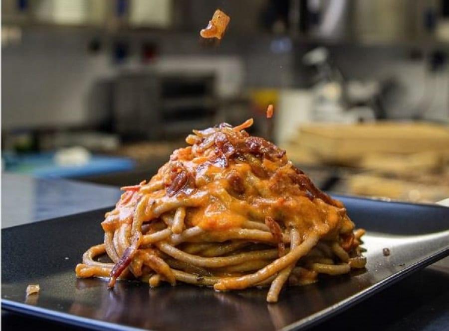 Un piatto di spaghettoni alla carbonara