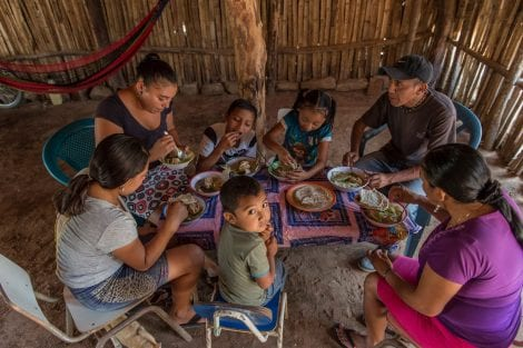 Famiglia che mangia in terra