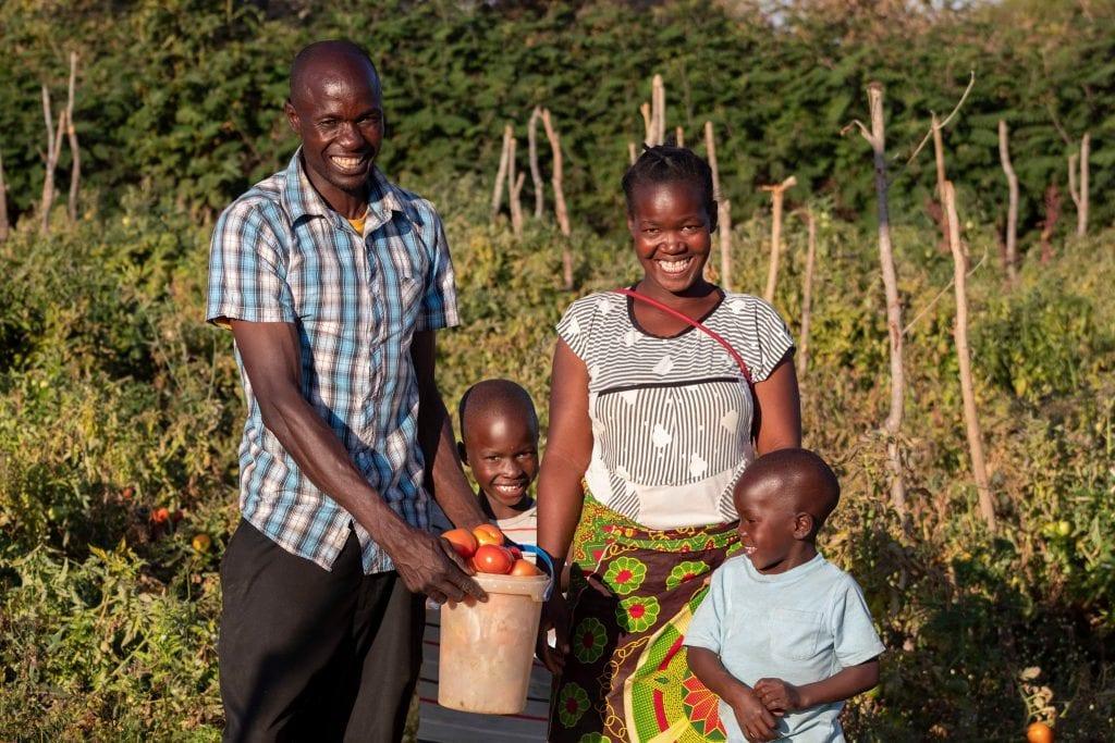 Una famiglia africana con cesto di frutta