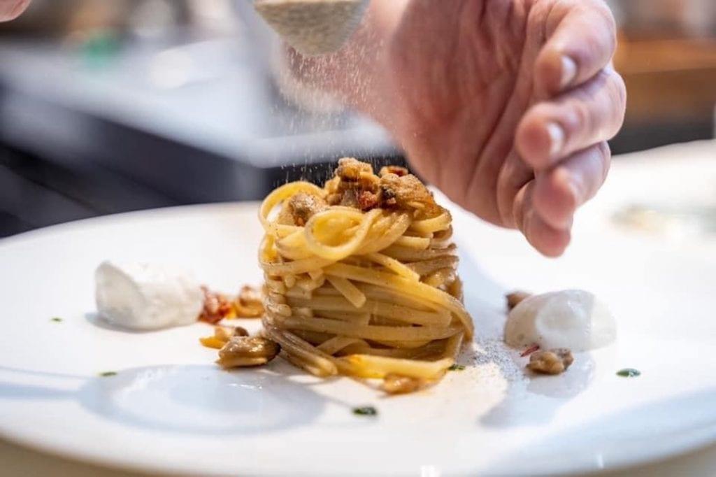 linguine all vongole passate in acqua di pomodoro dello chef Corrado Parisi da Makorè