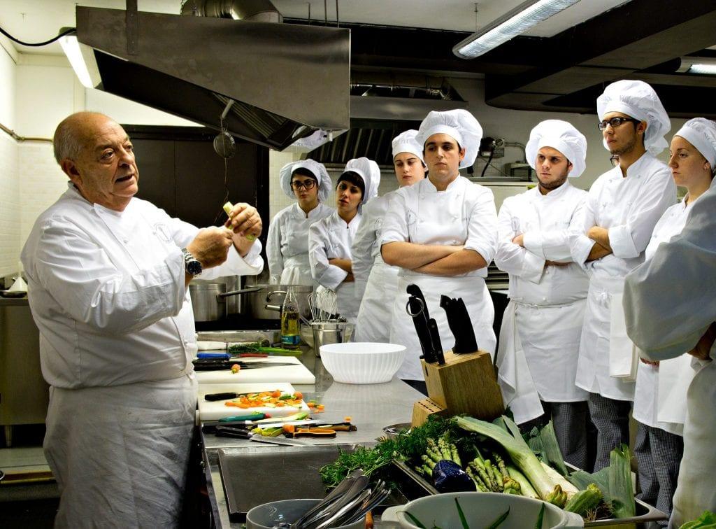 Mauro Ricciardi fa lezione a giovani cuochi