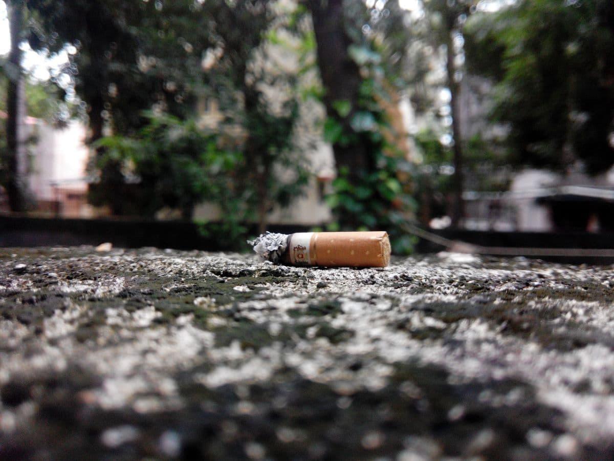 Mozziconi di sigaretta gettati a terra